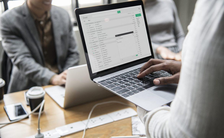 Inviare una mail contenente dati sensibili non è sicuro.
